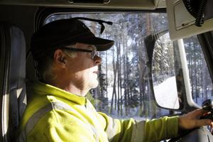 Under de över 30 år som Anders Johansson kört lastbil har vägen mellan Mora och Vansbro, aldrig varit så dåligt underhållen.