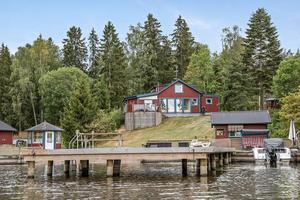 Huset har en egen badstrand och brygga med båtplats. Till vänster på bilden syns det lilla lusthuset. Foto: Stefan Strindberg/Diakrit