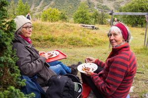 Birgitta Rönnblad och Monica Engman från Göteborg siktade in sig på kolbullarna och njöt av utsikten över Ljusnandalen.