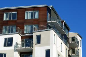 Lägenheter i nybyggda eller nyrenoverade hus blir ofta så dyra att många inte har råd att bo där. Det gör att rörligheten på bostadsmarknaden försämras. FOTO: Hasse Holmberg/TT