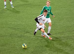 Joakim Andersson (här efter en duell med Brages Kalle Johansson) låg bakom Stjärnlagets 1–0 och hade bud på fler mål i onsdagens uppvisningsmatch.