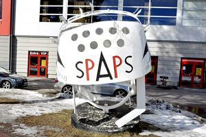 En gigantisk Spaps-hjälm står utanför NHK Arena i Timrå.  Det var inte förrän 1962 som man införde ett krav på hockeyhjälm i Sverige och i NHL dröjde det till 1979 innan det blev obligatoriskt. Äldre spelare kunde få dispens i NHL, vilket bland annat Craig MacTavish utnyttjade fram till 1997.