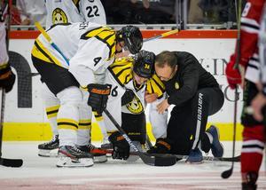 Linus Ölund fick hjälpas av isen med en befarad hjärnskakning. Foto: Johan Bernström/Bildbyrån