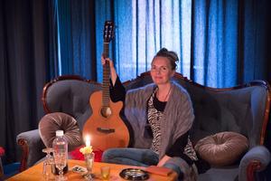Man kommer mig närmast när man ser mig spela live med gitarren, berättar Fru Konstnär.