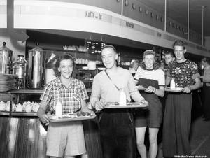 Juni 1942. Ungdomar på Konsums självservering. Bilden är tagen av Eric Sjöqvist, Örebro och beställd av Konsum. Bildkälla: Örebro stadsarkiv