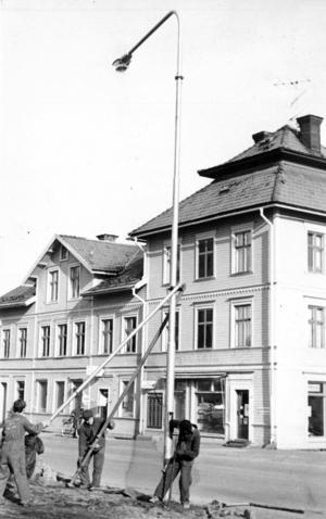 På hösten 1971 arbetade Sten Möller, Bo Tandby och Karl-Gustav Karlsson med att sätta upp ny gatubelysning i Bräcke.