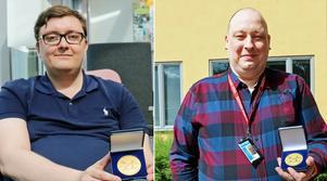 Hjältarna Johan Fohlin och Staffan Berg visar upp medaljerna de fick för sin insats.