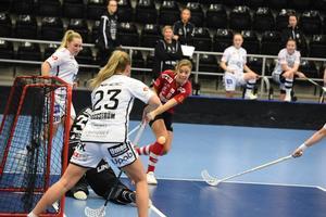 Klara Nyberg, här i en match på hemmaplan tidigare i höst, var en av spelarna som låg bakom ÖIB:s 6–5-seger borta mot Hammarby på söndagen.