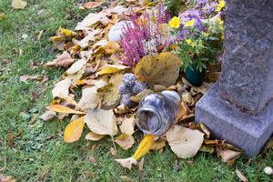 När tidningen besökte kyrkogården gick ett antal ljusbehållare att finna till synes omkullvälta. Frågan kvarstår dock om vinden, fåglar eller någon person vält just denna behållare.