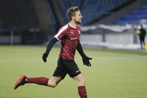 Filip Rogic springer bort mot ÖSK-klacken efter sitt 2–2-mål.