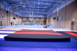 Den nya sporthallen i Huskvarna är fullstor och förlängd med omkring tolv meter. Förlängningen är skild från den övriga hallen med en låsbar vägg
