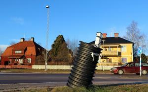 I korsningen mellan Järnvägsgatan och riksväg 83 i Ånge saknas en av belysningsmasterna.
