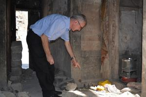 Hösten 2018 går Faris Jajo runt i Mosul och dokumenterar skador på byggnader som tillhört kristna. Foto: Shlomo Organization for Documentation.