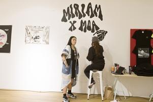 Miriam Bryant tog en titt på Moa Romanova Strinnholms väggmålning innan  hon gick bort till autografbordet.