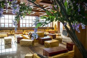 Festvåningen är på 250 kvadratmeter och helt inredd i guld med glänsande medaljongtapeter, guldsoffor och röda kinesiska kistor som bord.