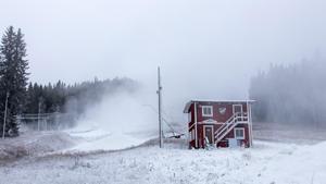 På Nybroberget sprutas det snö för fulla muggar.