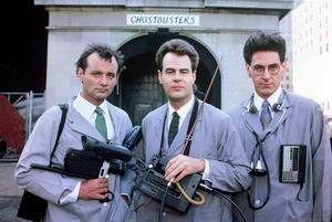 Peter Venkman (Bill Murray), Ray Stantz (Dan Aykroyd) och Egon Spengler (Harold Ramis) är forskarna som kastas ut från Columbia University och blir spökjägare. Foto: Columbia Pictures Industries, Inc.