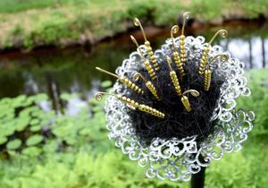 Chatarina Lindholm har skapat blomman vid kanalkanten.