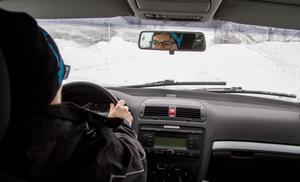 Lena Högberg arbetar i hemtjänsten i Bergvik utanför Söderhamn. Med 25 års erfarenhet som busschaufför är hon van att köra bil i alla väder.