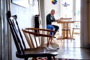Mats Palmquist har en stor samling av pinnstolar. Den andra stolen, med sin svängda rygg, är den klassiska
