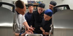 Kökspersonalen på Björkgården har precis fått utbildning på de nya köksmaskinerna. Foto: Sala kommun