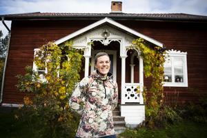På gården hemma på Näset pågår en stor renovering av boningshuset. I ett år har familjen därför bott i det vackra, men lilla, gamla timmerhuset på gården.