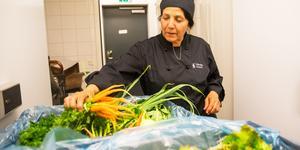 Mariam Larsson är lika förtjust varje gång hon får grönsaker från Under tallarna.