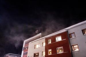 Snön yrde från taket på Kramfors kommunhus under söndagskvällen.