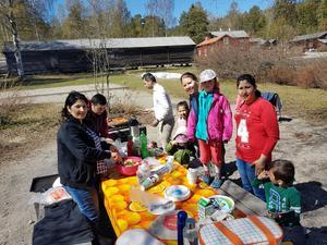 Emma och Shirin på picknick på Norra berget tillsammans med Shirins släktingar. Bild: Privat