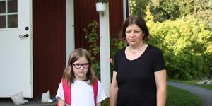Therese Blomgren och dottern Hanna tycker att skjutsarna mellan skolor tar mycket energi och tid från undervisningen. Sonen Lucas, som har flest skjutsar av syskonen, vill inte vara med på bild.