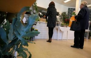 Läget mitt på torget, med närhet till caféerna, tror Mona Godlund kan locka kunder till hennes nyöppnade blomsterbutik.