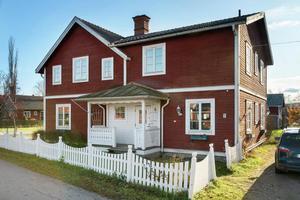 Hus med ursprung från 1800-talet som byggdes till och renoverades 1988 i Djura. Foto: Eric Böwes.