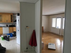 Foto: Privat. Väggen som stod mellan kök och vardagsrum revs snabbt för att skapa öppna ytor och bättre ljus.