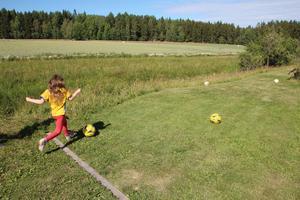 Adrienne Vrtiska, 6, sparkar iväg fotbollen på en av de sluttande banorna vid Vållens Fotbollsgolf.