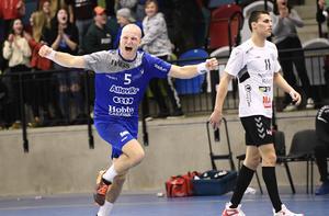 Hallbys mittsexa Oskar Hedvall firar att av sina mål under förra säsongen.