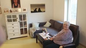 Mor Iréne i soffan på sitt äldreboende. Foto: Björn Palmqvist
