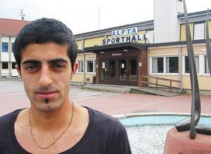 En 21-årig Ciya Hajo utanför Alfta sporthall – han ska just växla upp sin karriär, lämna Indians  och flytta till Falun. Det blev en bra resa.