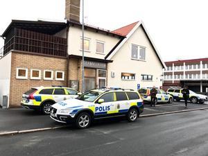 På tisdagsmorgonen syntes runt tio polispatruller utanför brandstationen i Huskvarna.