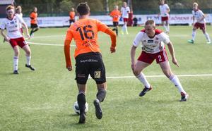 Andreas Persson i kamp med Gutes målskytt  Theodor Malmerfeldt.