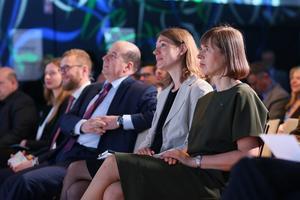 Cybercentrets direktör Merle Maigre (grå kavaj) och Estlands president Kersti Kaljulaid (närmast bilden). Foto: pressbild från Nato CCDCOE.