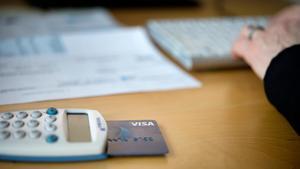 Bankerna gör miljardvinster och fortfarande finns kunder som inte kan hantera internet i sina bankaffärer, skriver Lennart Olsson.