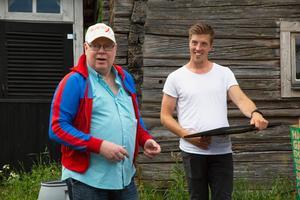 Ordförande Mats Hellberg tackar Calle Halfvarsson för klubbens första SM-guld.
