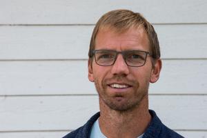– Han kommer hinna spela 16 matcher i SSK så han kommer få en bra utveckling och göra ett avtryck i SSK innan han är färdig här, säger Mikael Samuelsson om nyförvärvet Karl Henriksson.