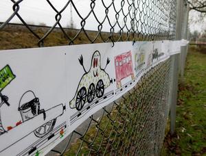 Barnens teckningar har satts ihop och bildar världens längsta spöktåg, säkert runt hundra meter långt.   Legoutställningen...   ... och massor med lok.