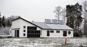 Vakuumrören på taket och solpanelerna signalerar att detta är ett speciellt hus - Närkes energisnålaste hus.