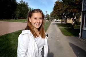 Amanda Bergström tycker att telefonen kan vara bra för att söka information om något under lektionen.