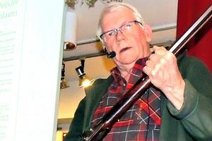 Göran Bergman visar upp Gustaf Schröders bössa