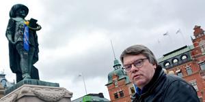 Socialdemokraternas gruppledare Roger Johansson menar att alla de tre partierna C+SJVP+V  sitter fast i förra mandatperiodens svåra beslut i stället för att blicka framåt.