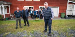 Framför Projekt Kaxås kontor längst fram Dan Olofsson. Bakom honom  Uppstart Kaxås vd Staffan Andersson från Helsingborg och Dan Magnusson från Malmö som efterträdde Dan Olofsson som styrelseordförande för stiftelsen Uppstart Malmö som har Staffan Andersson som vd. Bakom dem lokala företagare från Offerdal som ingår i nätverket och projektet Uppstart Kaxås.