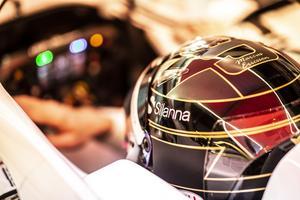 Marcus Ericsson hade en specialhjälm i sitt sista F1-lopp, en version av sin ordinarie hjälm i svart och guld i stället för gult och blått. Foto: Sauber Motorsport